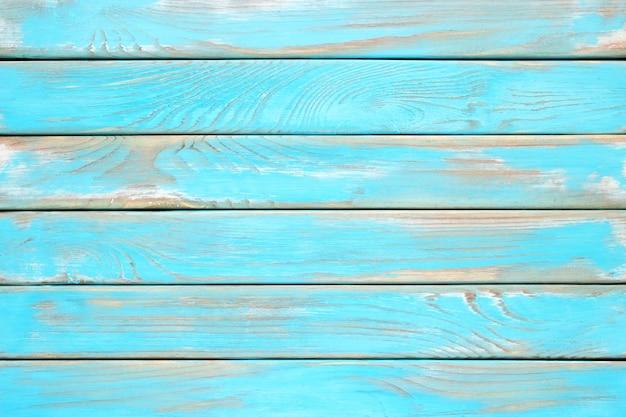 Niebieskie deski, odrapana drewniana powierzchnia stołu kuchennego