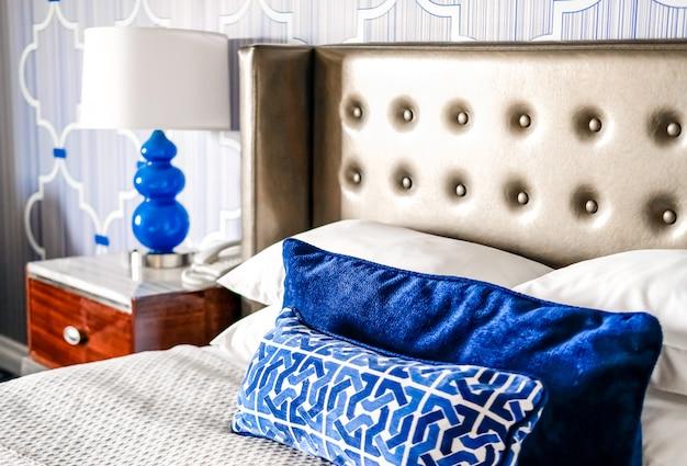 Niebieskie detale w nowoczesnym wnętrzu pokoju hotelowego. modna koncepcja kolorów.