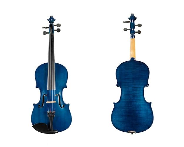 Niebieskie drewniane skrzypce na białym tle