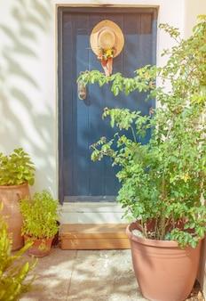 Niebieskie drzwi i wiszący kapelusz