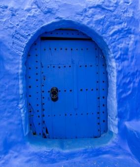 Niebieskie drzwi w chefchaouen maroko