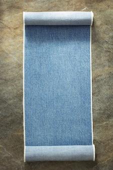 Niebieskie dżinsy tekstury przy stole