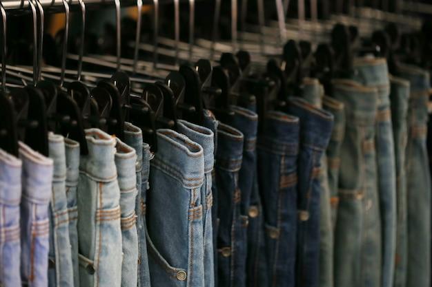 Niebieskie dżinsy w sklepie