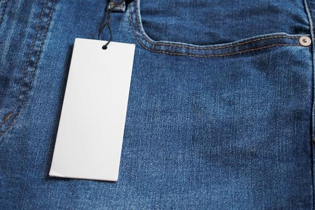 Niebieskie dżinsy z pustą białą metką z ceną