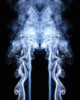 Niebieskie fale dymu na czarnym tle