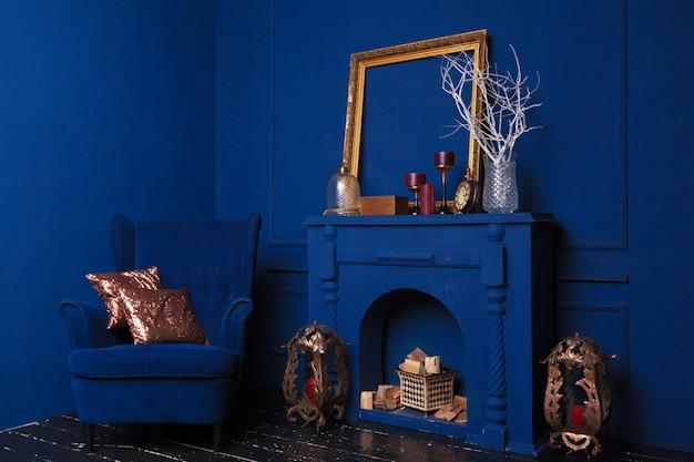 Niebieskie fotele w niebieskim przytulnym salonie