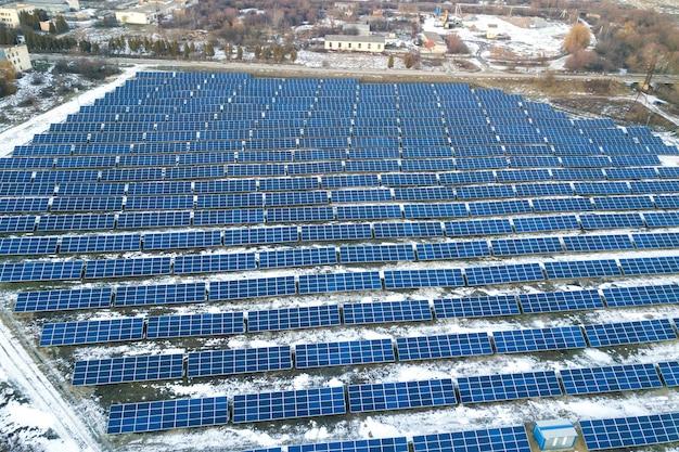 Niebieskie fotowoltaiczne panele słoneczne w zimie