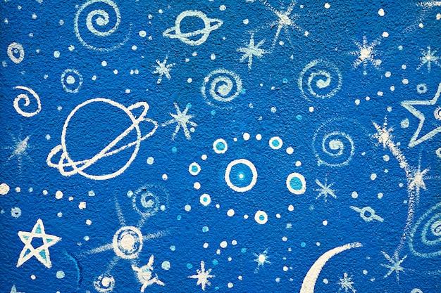 Niebieskie graffiti gwiazd i planet