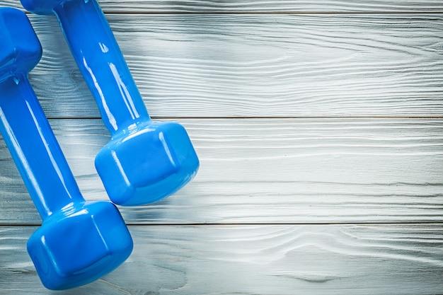 Niebieskie hantle na drewnianej desce kopia przestrzeń sportowa koncepcja szkolenia