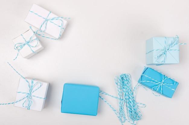 Niebieskie i białe pudełka z wstążką