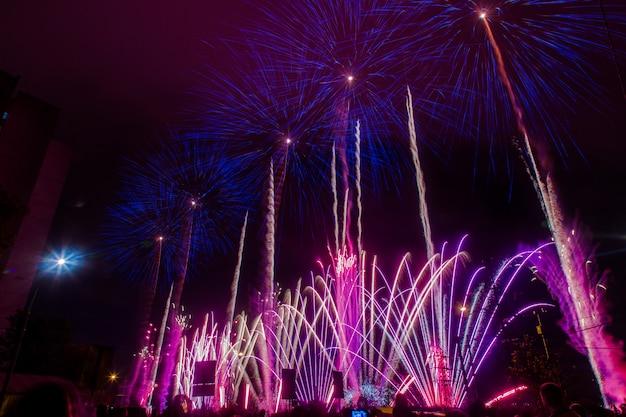 Niebieskie i fioletowe świąteczne fajerwerki. międzynarodowy festiwal fajerwerków rostec