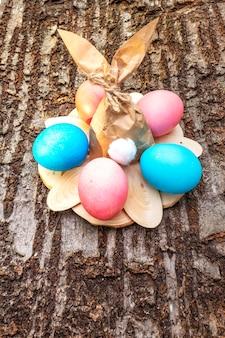 Niebieskie i różowe jajka na święta wielkanocne z króliczkiem z papieru
