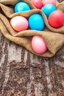 Niebieskie i różowe jajka na święta wielkanocne