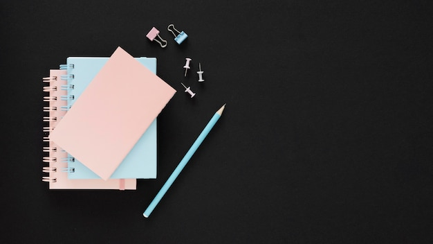 Niebieskie i różowe papiery koncepcja szczęśliwy dzień nauczyciela