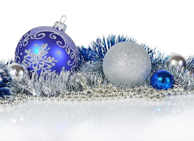 Niebieskie i srebrne ozdoby świąteczne na białym tle
