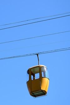 Niebieskie i żółte kabinowe kabiny pasażerskie w czyste niebo