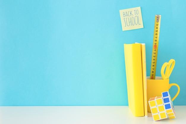 Niebieskie i żółte miejsce pracy dla ucznia