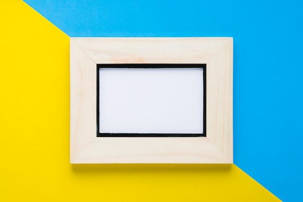 Niebieskie i żółte tło z pustą ramką