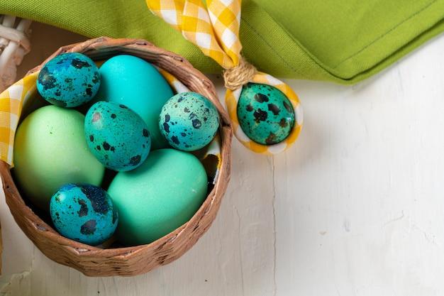 Niebieskie jajka malowane w gnieździe na wielkanoc