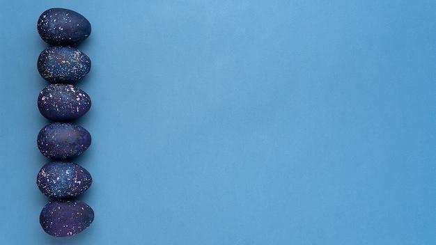 Niebieskie jajka na niebieskim tle widok z góry