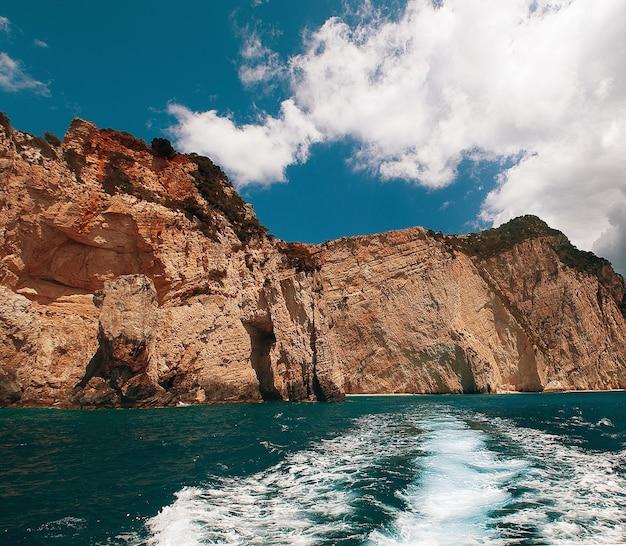 Niebieskie jaskinie na wyspie zakynthos, grecja