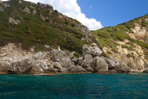 Niebieskie jaskinie wzdłuż wybrzeża wyspy zakynthos, grecja