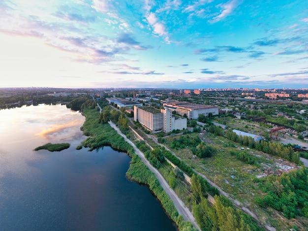 Niebieskie jezioro i duże miasto i piękne niebo z chmurami na jednym zdjęciu