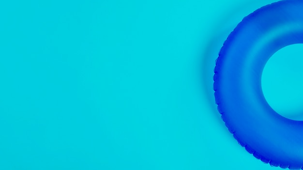 Niebieskie koło pływackie
