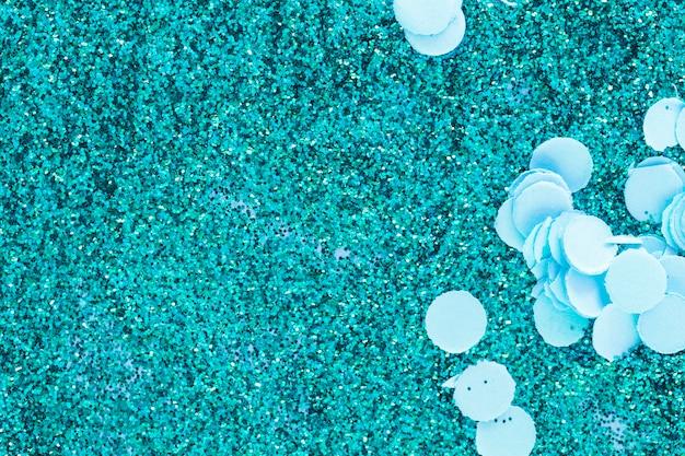 Niebieskie kolorowe błyszczy i konfetti