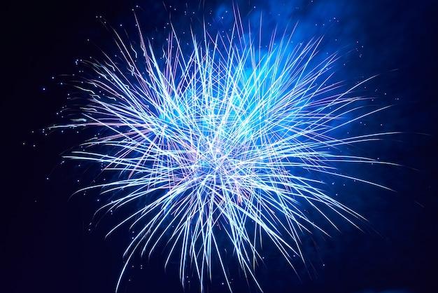 Niebieskie kolorowe fajerwerki na tle czarnego nieba