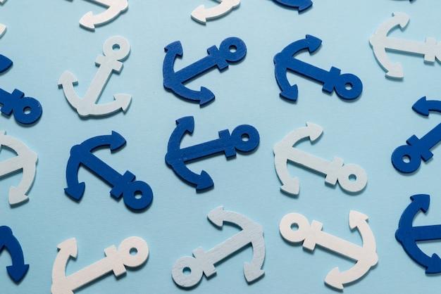 Niebieskie kotwice na niebieskim tle