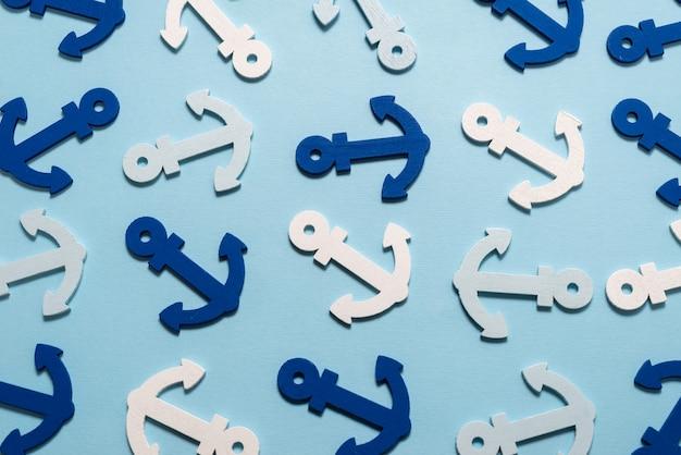 Niebieskie kotwice na niebieskim wzorze.