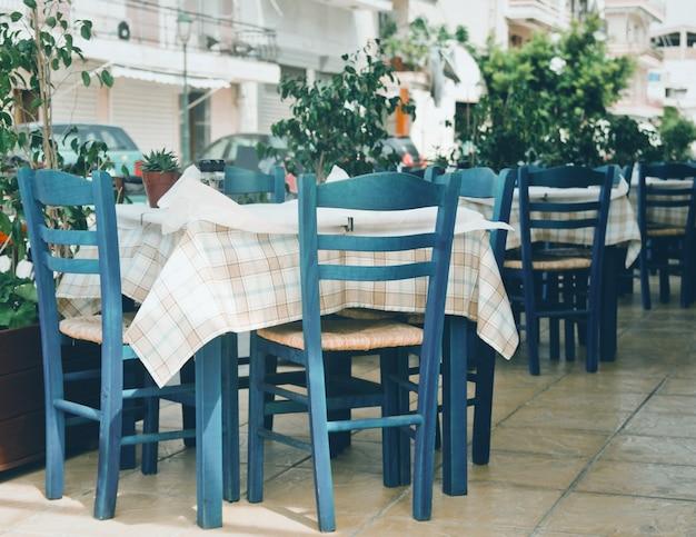 Niebieskie krzesła w greckiej kawiarni na zakinthos