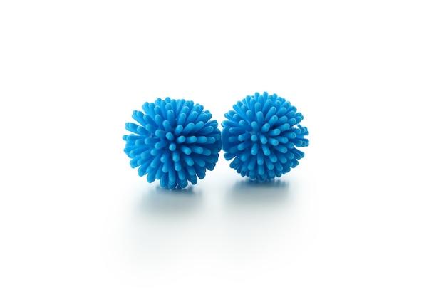 Niebieskie kulki dla zwierząt domowych na białym tle