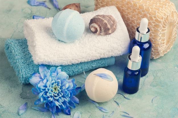 Niebieskie kwiaty i bomby do kąpieli