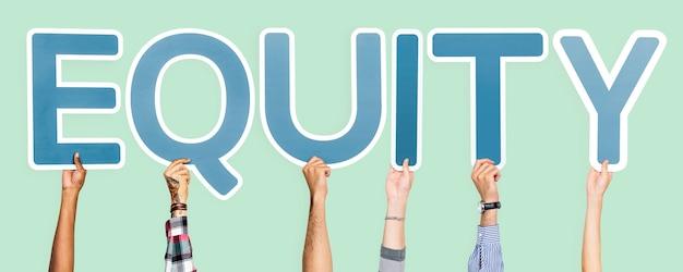 Niebieskie litery tworzące słowo equity