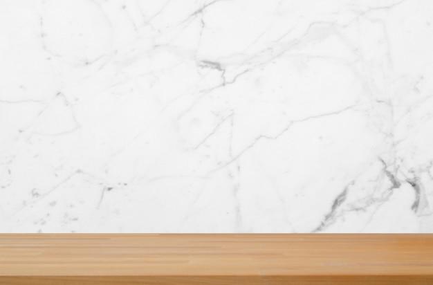 Niebieskie marmurowe tło z gładkim drewnianym stołem produktowym