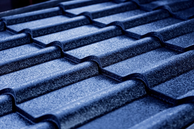 Niebieskie metalowe dachówki