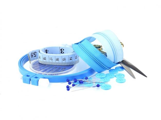 Niebieskie narzędzia do szycia zestaw na białym tle