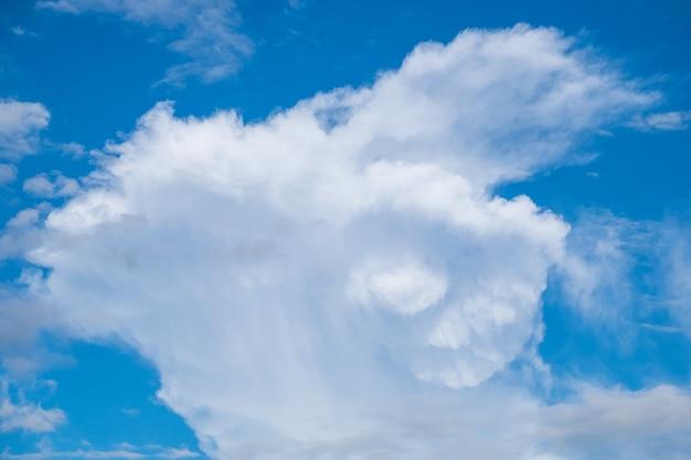 Niebieskie niebo chmura wyobraża sobie koźlim róg