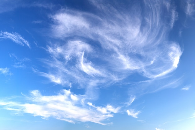 Niebieskie niebo cloludy