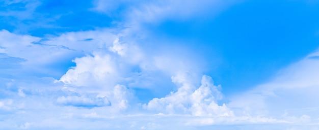 Niebieskie niebo i białe chmury na jasnym słonecznym dniu