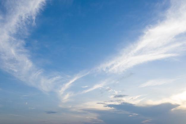 Niebieskie niebo i chmura z łąką.