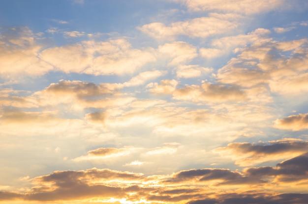 Niebieskie niebo i złote chmury przy pięknym wschodem słońca