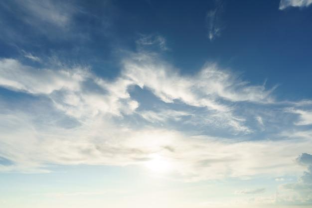 Niebieskie niebo. letnie niebo jest jasnoniebieskie. przepływają przez nie chmury.