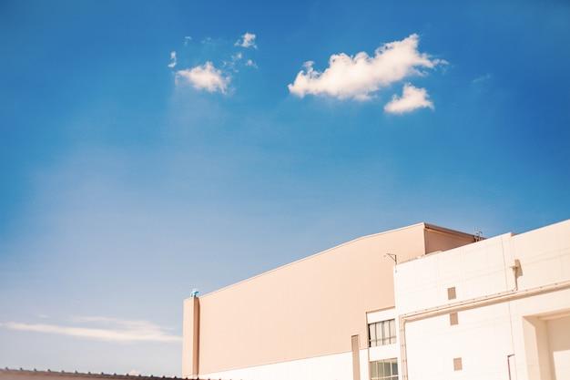 Niebieskie niebo na odgórnego widoku centrum handlowym