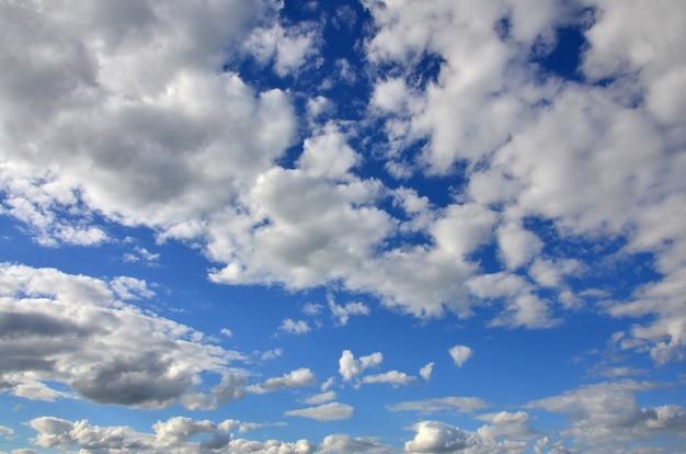 Niebieskie niebo pochmurne z wieloma blokowaniami małych chmur