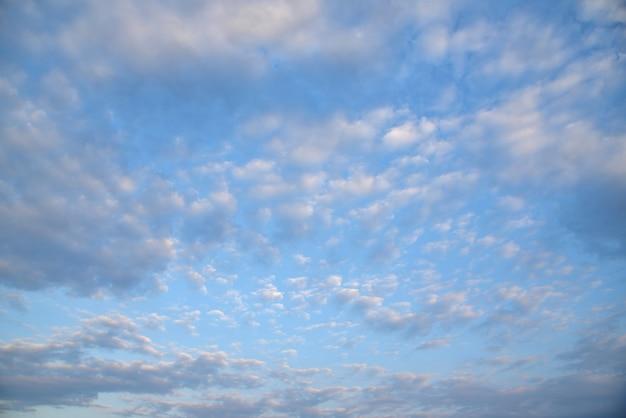 Niebieskie niebo ściana