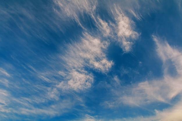 Niebieskie niebo tło z białymi chmurami