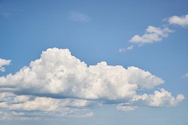 Niebieskie niebo tło z drobnymi chmurami. do kolażu